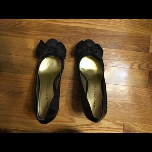 """Bandolino sparky, sexy pumps with a bow. 3.5"""" heel"""
